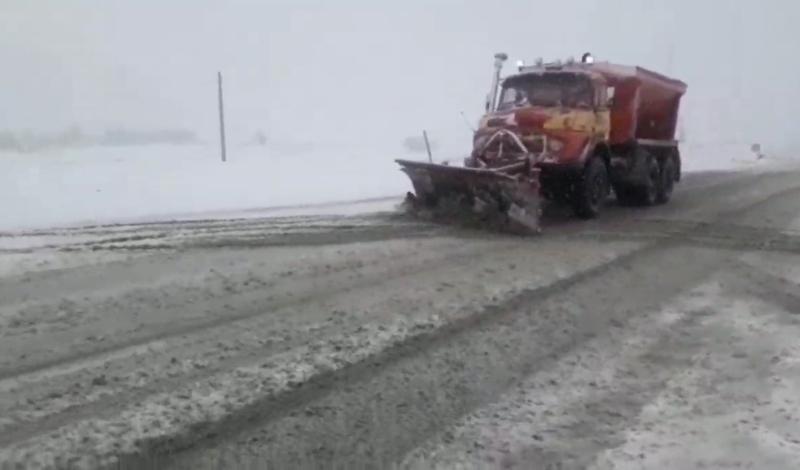 عملیات برف روبی محور سنقر به همدان در پی بارش های امروز